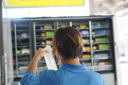 Obraz 自動販売機を補充する男性 - fototapety do salonu