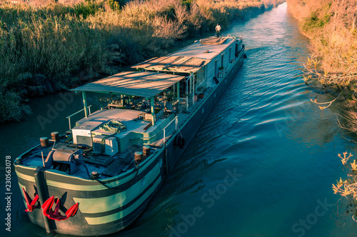 Foto op Plexiglas Kanaal Péniche sur le canal du Rhône à Sète.