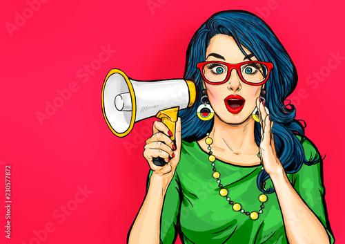 Zaskoczona dziewczyna pop-artu w okularach z megafonem mówiącym coś. Kobieta z głośnikiem. Plakat reklamowy z panią ogłaszającą rabat lub wyprzedaż.