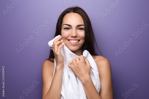 Photo  Beautiful young woman with towel on color background
