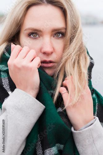 Fotografía  Stressed woman on the beach. Outdoor sad girl
