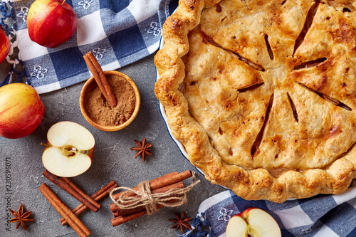 Photo  American apple pie on a concrete table