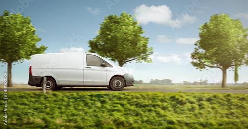 Kleintransporter unterwegs auf der Landstraße