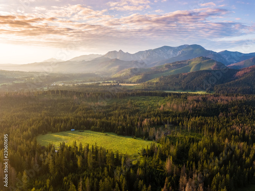 Photo  Giewont and Tatry mountains at the sunrise aerial view