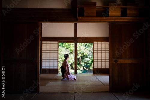 和室で寛ぐ着物を着た女性 Wallpaper Mural