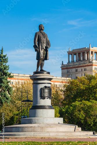 Fotografia  Monument to the famous Russian scientist Mikhail Lomonosov (1953) in front of th