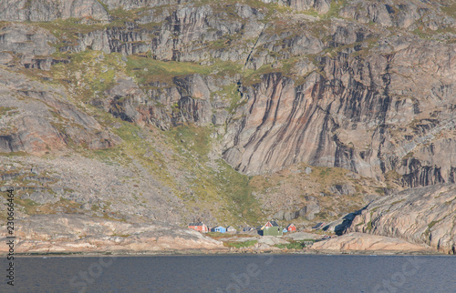 Photo Stands Monkey Das einsame Dorf der Inuit Aapillatoq im Prins-Christian-Sund