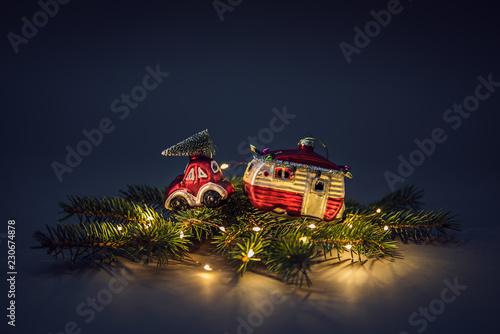 Fotografie, Obraz  Weihnachtsmotiv - Auto mit Wohnmobil
