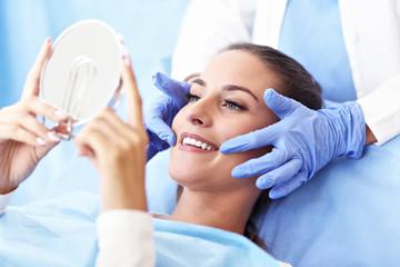 Dorosła kobieta ma wizytę u dentysty