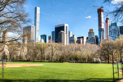 Foto Central Park in downtown Manhattan with the New York City skyline in the backgro
