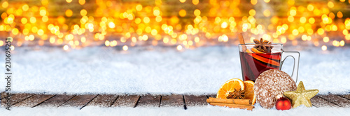 Papiers peints Echelle de hauteur Glühwein lebkuchen und weihnachten dekoration auf schnee vor bokeh lichterhintergrund / hot spiced wine on christmas xmas market snow bokeh background with many lights ice blue snow