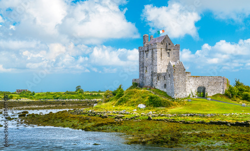 Fotomural Dunguaire Castle, 16th-century tower house in County Galway near Kinvarra, Ireland