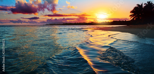 Foto op Aluminium Centraal-Amerika Landen Caribbean sunset on tropical beach. Sky sunset.