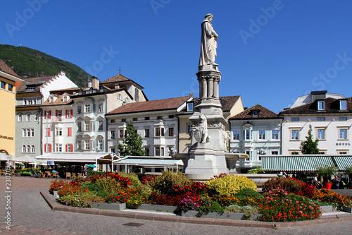 Fotografie, Obraz  piazza Walther col monumento a Walther von der Vogelweide a Bolzano
