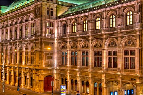 Fotografie, Obraz  Die Wiener Staatsoper bei Nacht und künstlicher Beleuchtung