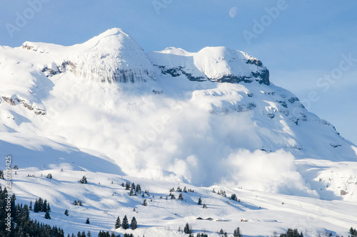 Grosse avalanche en montagne dans les Alpes à Flaine Fototapeta