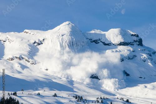 Grosse avalanche en montagne dans les Alpes à Flaine Fotobehang
