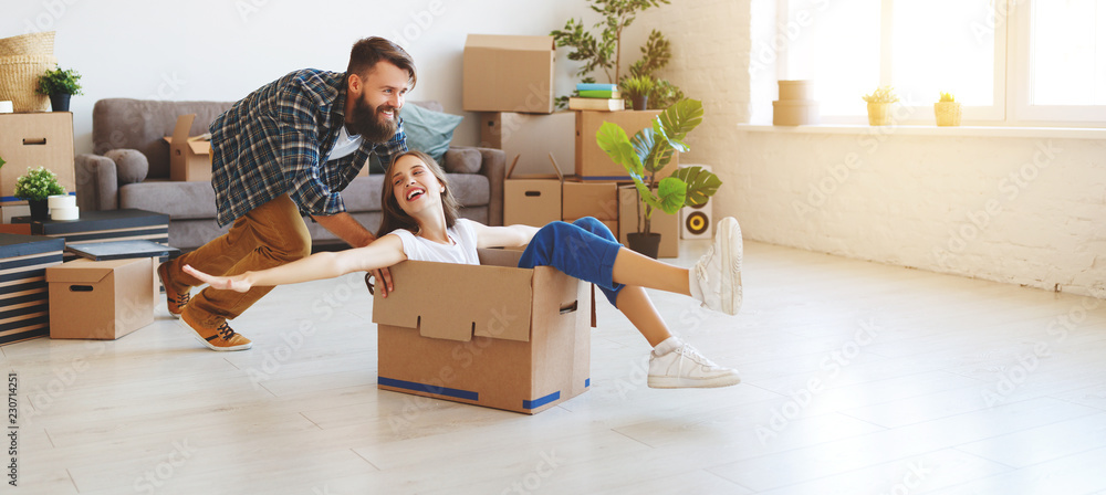 Fototapety, obrazy: happy young married couple moves to new apartment