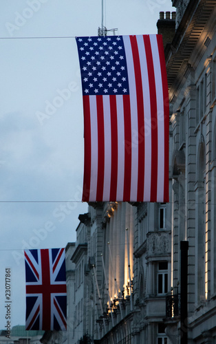 Photo  UK and US flag in London at Piccadilly Circus