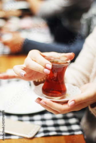 Poster de jardin Bar Drinking turkish tea in small glasses closeup