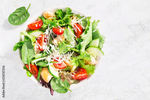 Foto Tasty fresh salad with chicken and vegetables