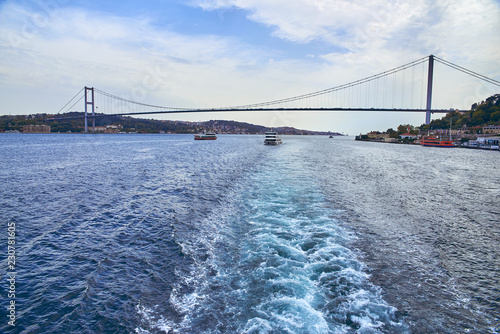 Fotografie, Obraz The Bosphorus Bridge connects the Asian side and the European side in Istanbul