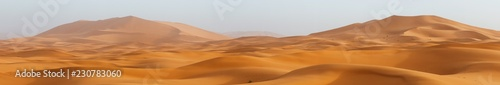 Foto  Amazing panorama landscape showing Erg Chebbi sanddunes desert at the Western Sa