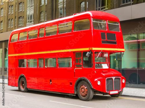 Türaufkleber London roten bus Road Traffic in London. Red Double Decker Bus on the street of London, UK