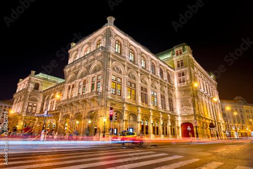 Foto op Aluminium Theater Die Wiener Staatsoper bei Nacht und künstlicher Beleuchtung