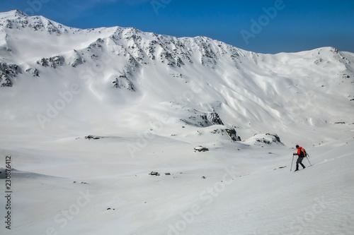 Randonnée en raquettes en hiver dans les Alpes , Savoie , Roche Noire , Vallée de la Neuvache