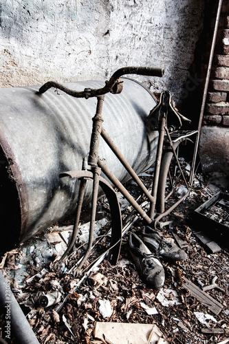 Fotobehang Fiets abandoned broken vintage bike frame