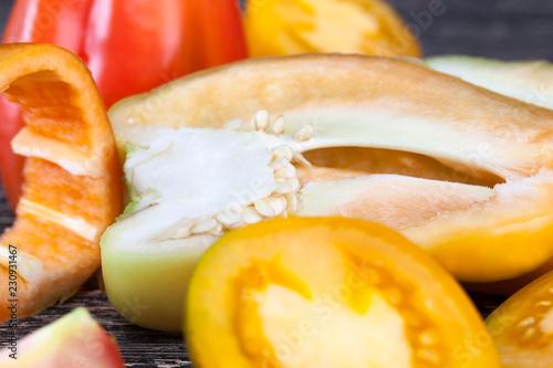 Fotografía  half-sliced peppers