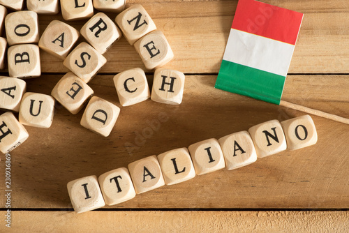 Fototapeta Buchstaben, Flagge von Italien und das Wort Italiano obraz