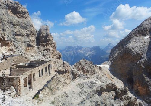 Włochy, Dolomity - Ferrata Dibona w masywie Cristallo, ruiny zabudowań z okresu Pierwszej Wojny Światowej - fototapety na wymiar