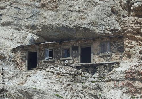 Fototapeta  Włochy, Dolomity - Ferrata Dibona w masywie Cristallo, ruiny zabudowań z okresu Pierwszej Wojny Światowej obraz