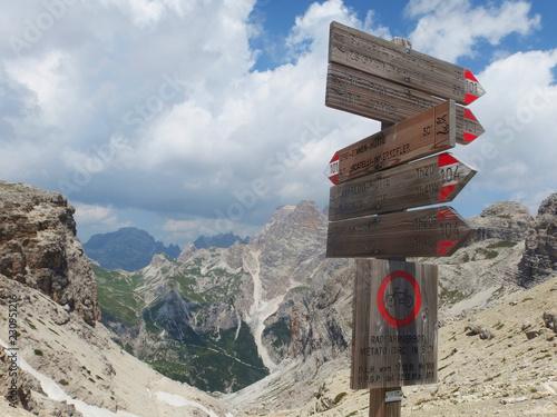 Fotografie, Obraz  Włochy, Dolomity - drogowskazy na szlaku w masywie Monte Paterno