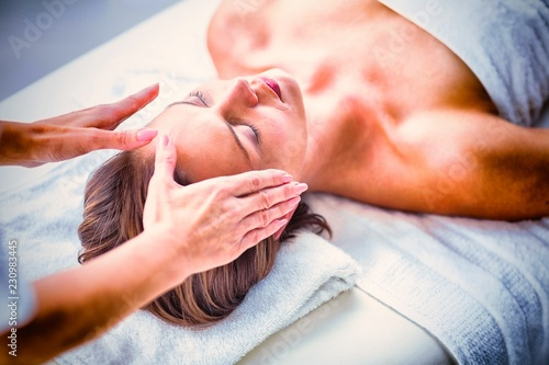 Photo  Cropped hands of therapist performing reiki on woman