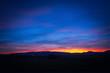 Sonnenuntergang über einer Hügellandschaft