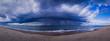 Unwetterwolke zieht auf einen Strand zu