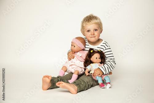 Junge spielt mit Puppen Tablou Canvas