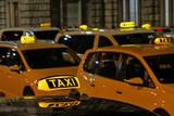 Fototapeta  - Viele Taxis warten an einem Taxistand vor dem Hauptbahnhof in Nürnberg, Bayern, Deutschland