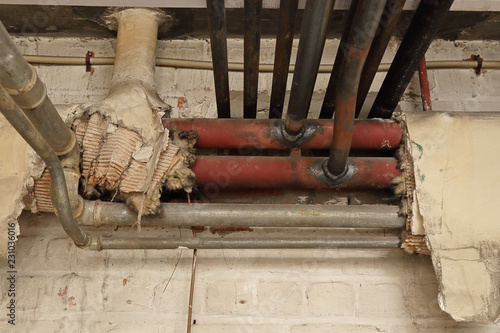 Fototapeta ancienne isolation tuyaux chauffage, problème d'amiante