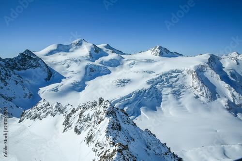 zimowy-krajobraz-panorama-osrodka-narciarskiego-ze-stokami-narciarskimi-alpy-austria-pitztaler-gletscher-wildspitzbahn