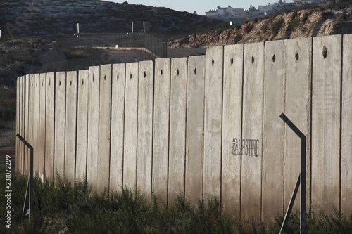 Foto A section of the concrete Israeli West Bank barrier wall, with the world Palest