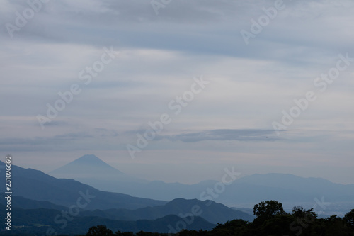 Foto  Japanese mountains, with Mt. Fuji in the distance