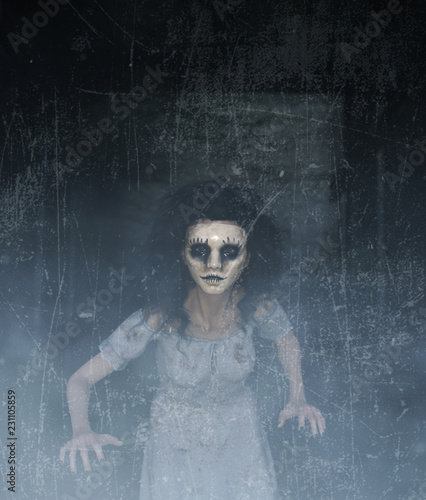Foto ghost woman in creepy mask as she have to hiding her face,3d illustration