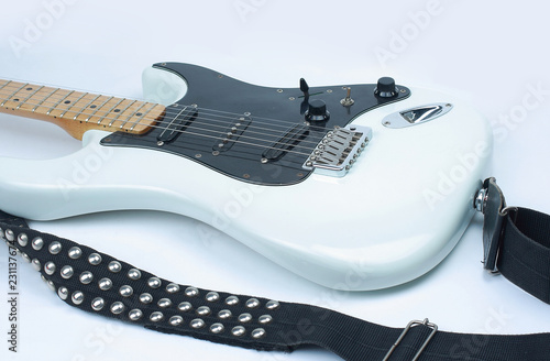 Fotografía  closeup. electric guitar with metal strap. isolated on white.