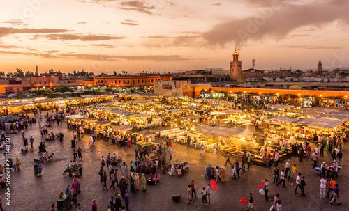 Photo  Place Djema El Fna Marrakech Maroc au coucher du soleil