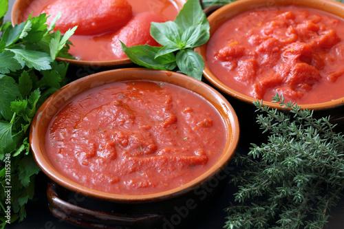 Cuadros en Lienzo salsa di pomodori mista  sfondo rosso