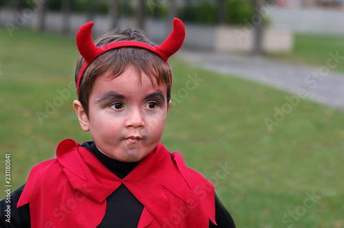 niño disfrazado de demonio con cuernos con cara de malo Canvas-taulu